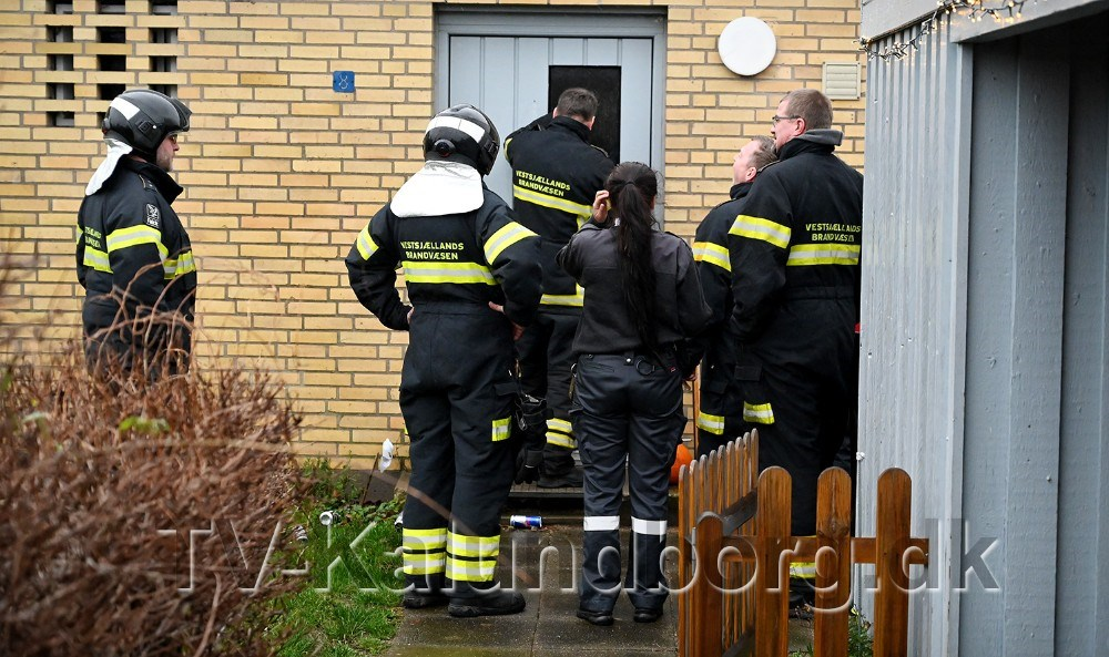Brandfolkene måtte pille en rude ud i hoveddøren for at komme ind i huset. Foto: Jens Nielsen