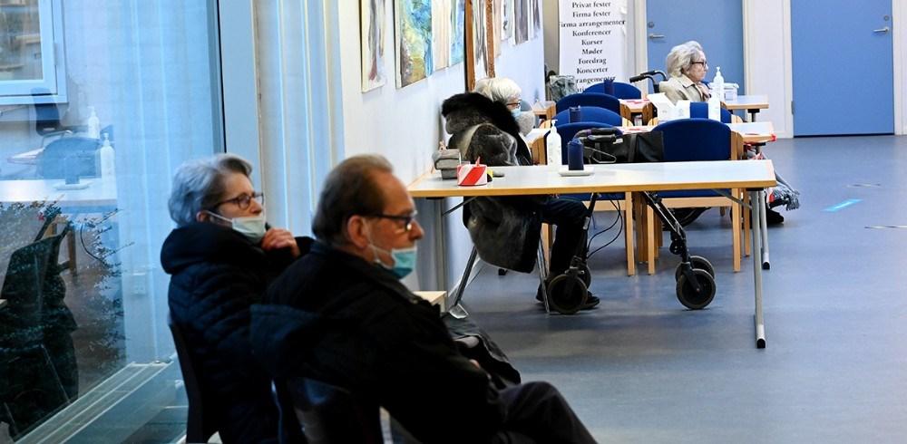 Borgere venter på at blive vaccineret i Ubby Forsamlingshus. Foto: Jens Nielsen