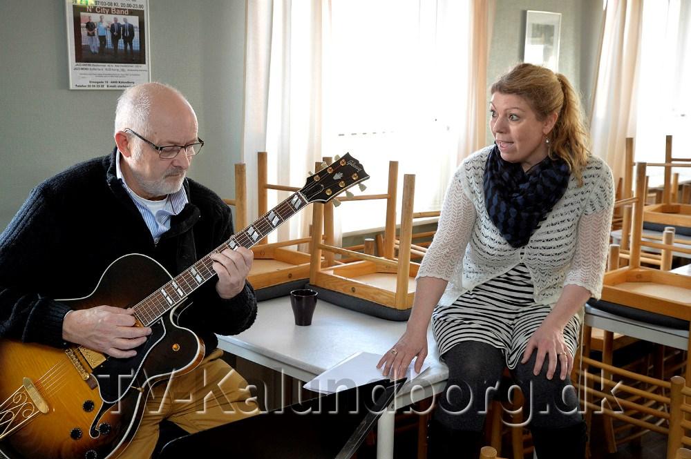 Dorthe Christina Krogh har skrevet en del af musikken, her øves velkomstnummeret med musiker Poul Erik Kristensen. Foto Jens Nielsen