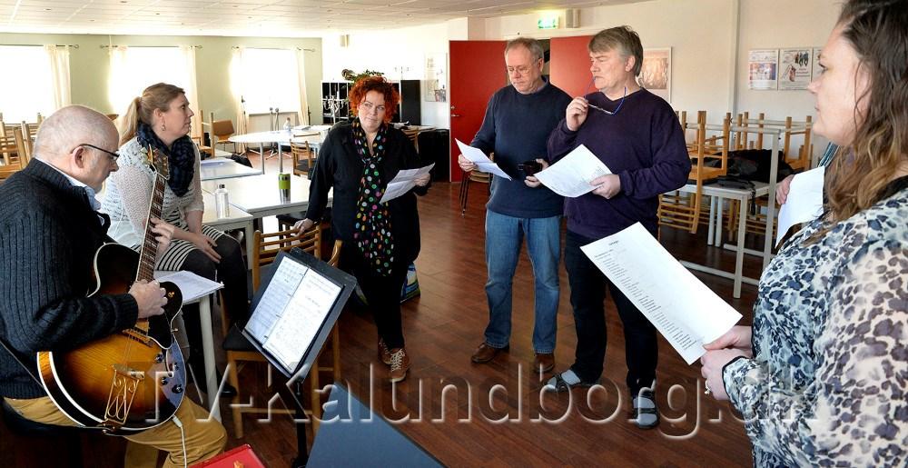 Holdet bag Kalundborg Revyen øver på velkomstsangen. Foto Jens Nielsen