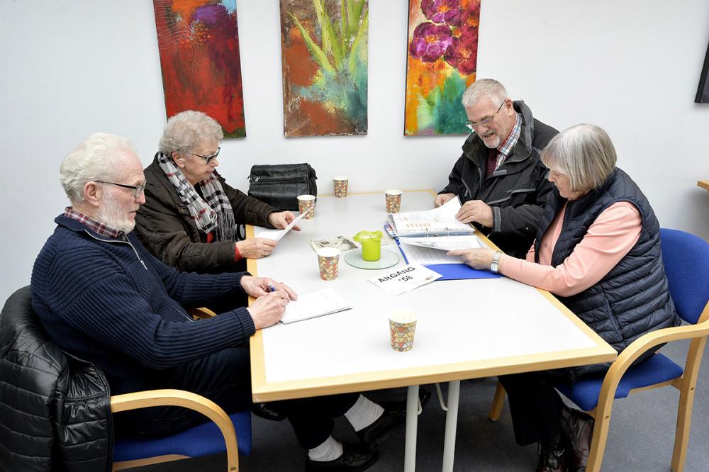 De fire tidligere elever bladrer i skrapbogen. Foto: Jens Nielsen