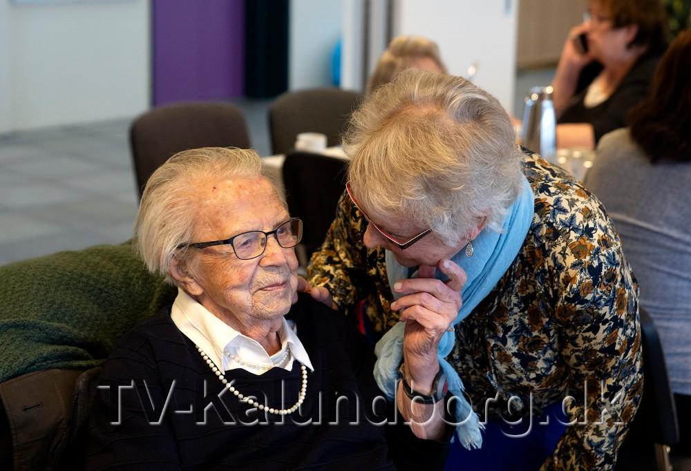 Leder af Torsdagsklubben, Anni Jensen, ønsker Inger Pedersen tillykke med 100-års dagen. Foto: Jens Nielsen
