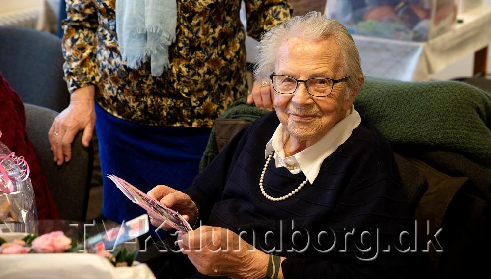 100-års fødselaren, Inger Pedersen, blev torsdag formiddag fejret i strikkeklubben. Foto: Jens Nielsen