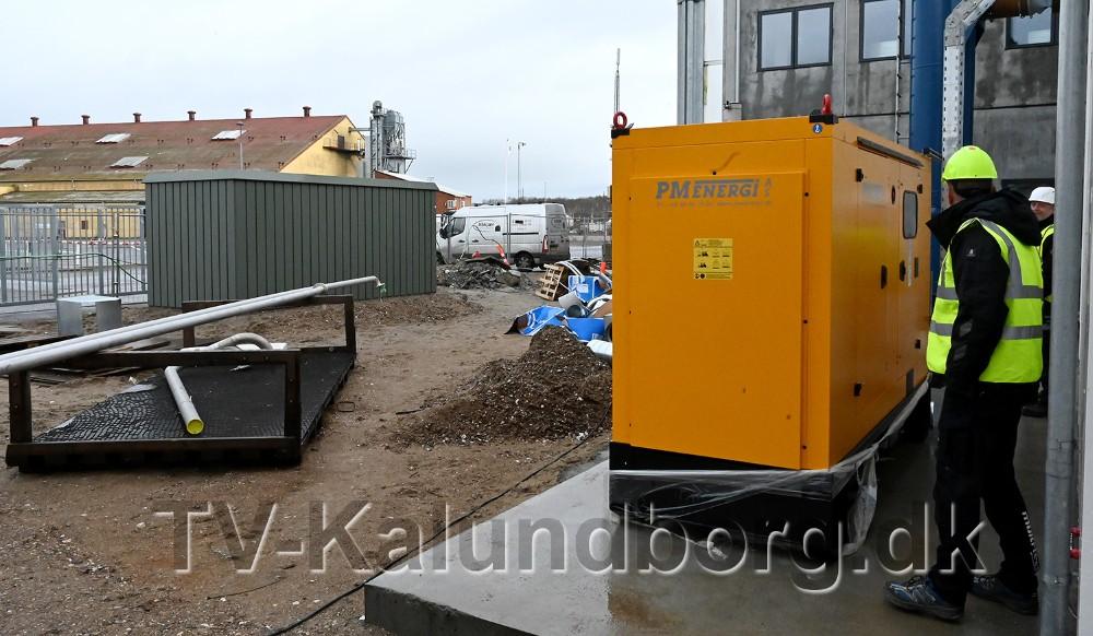 Den gule nødstrømsgenerator og i baggrunden den store transformer der skal levere strøm til raffinaderiet. Foto: Jens Nielsen