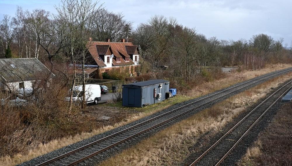 Ejendommen som ligger helt tæt på jernbanen skal give plads til motorvejen til Kalundborg, når den engang bliver vedtaget. Foto: Jens Nielsen