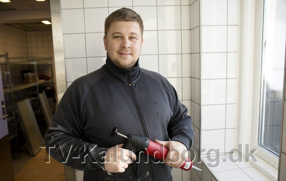 Her er Kasper Christiansen i gang med at fuge hos Kvickly Kalundborg. Foto: Jens Nielsen