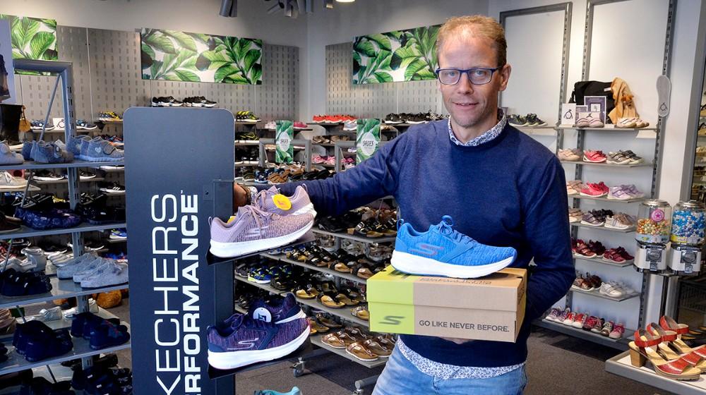 Michael Jørgensen, indehaver af Skoringen Kalundborg, har sat et parSkechers løbesko på højkant i en konkurrence. Foto: Jens Nielsen
