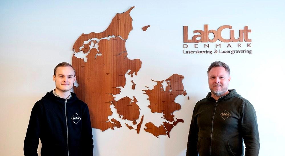 Oliver Kondrup sammen med sin far Tommy foran et af de Danmarkskort som virksomheden har leveret rigtigt mange af. Foto: Jens Nielsen
