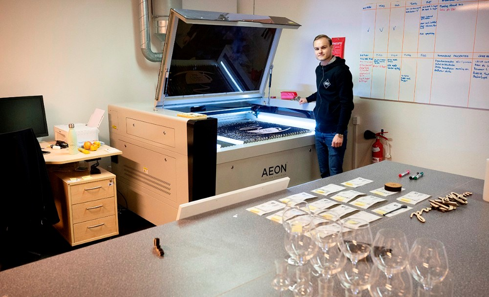 Oliver Kondrup ved den store laserskærer. Foto: Jens Nielsen