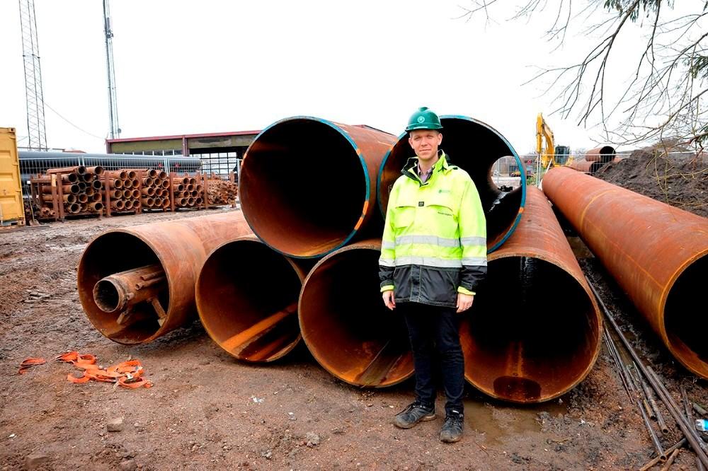 Projektleder ved Kalundborg Forsyning Kenneth Aagaard ved de rør som nu er boret ind under jernbanen. Foto: Jens Nielsen
