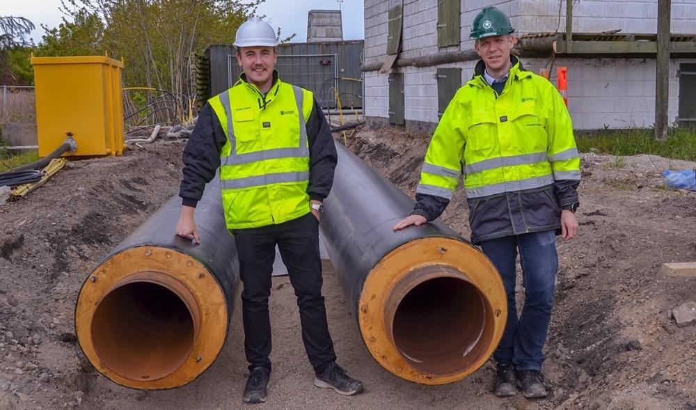 De to projektledere ved Kalundborg Forsyning Kenneth Aagaard (th)og Anders Blønd har gennem flere måneder arbejdet med projekter for at forny gamle fjernvarmerør. Det gælder et nyt rør under jernbanen og en strækning på Slagelsevej. Arbejdet betyder lukning for varmen i 48 timer, og datoerne er den 20. til 22. maj. Foto: Susanne Uhreprahl