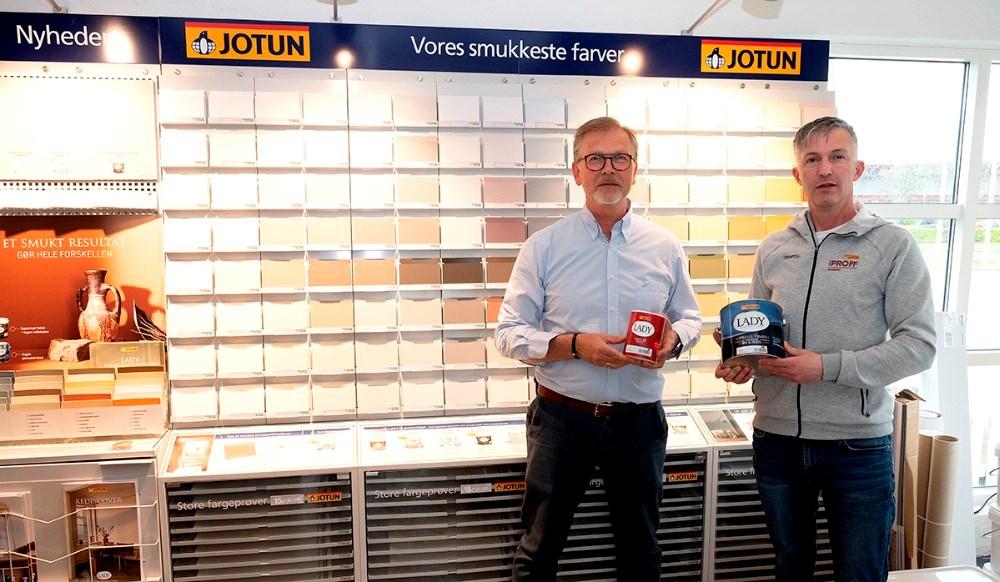 Per Albert Hektoft og Jack Egebjerg foran den nye store farvevæg. Foto: Jens Nielsen