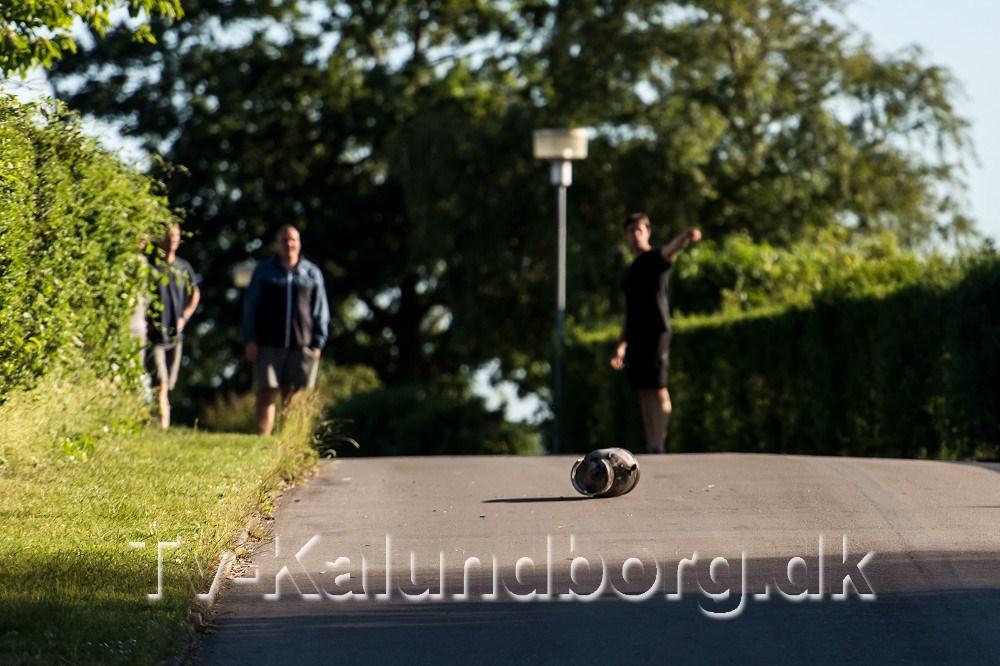 En gasflaske fløj 30-40 meter gennem luften og landede på villavejen. Foto: Jokum Tord Larsen