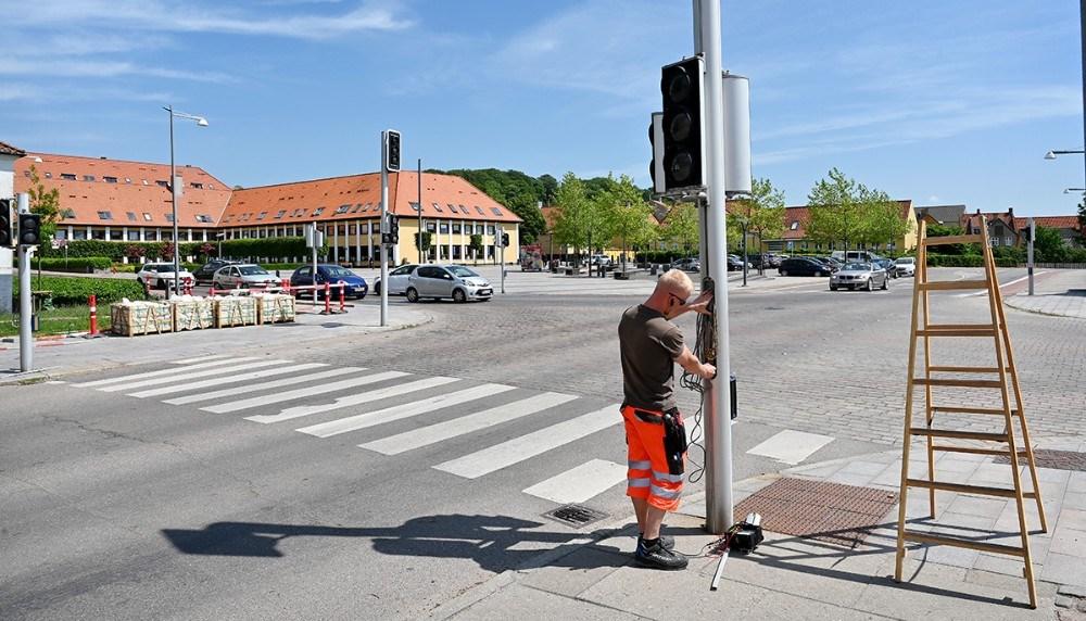 Tekniker fra firmaet Verdo arbejder på at finde den periodiske fejl. Foto: Jens Nielsen