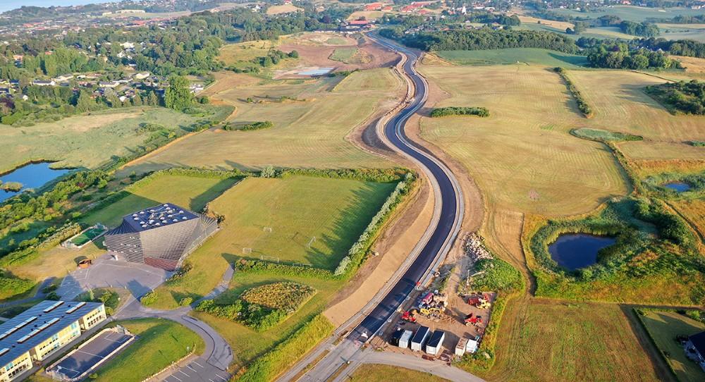 Den nye forbindelsesvej fra Herredsåsen og til Raklev er snart færdig. Til venstre i billedet, Spiralen. Foto: Jørgen Junge