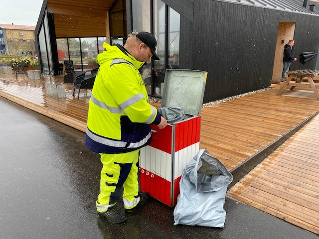 En gruppe fra Stejlhøjhus var i dag ude for at gøre midtbyen i Kalundborg et lidt renere sted.Foto: Jens Nielsen.