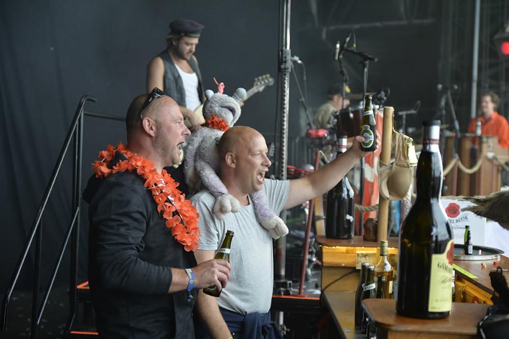Anders og Ulrik styrer baren på scenen. Foto: Jens Nielsen