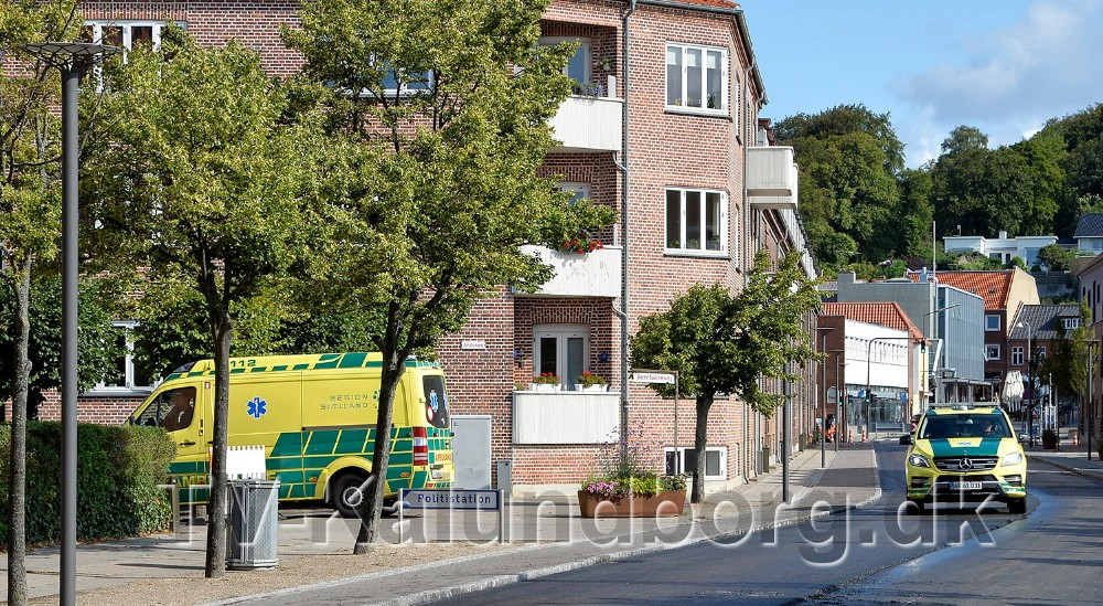 En ambulance og en paramediciner blev kaldt til sygdom i Vænget, og de var derfor de første til at køre på den nye asfalt. Foto: Jens Nielsen