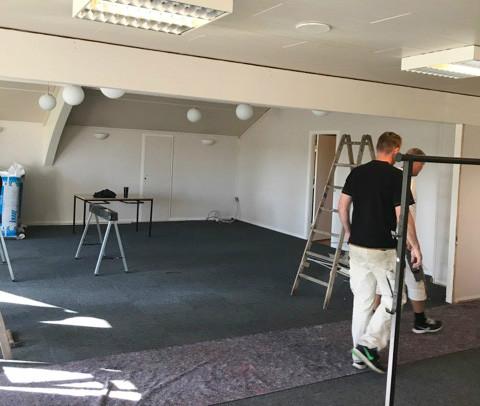 Frivillige i gang med at klargøre lokalet der skal bruges til eSport. Privatfoto
