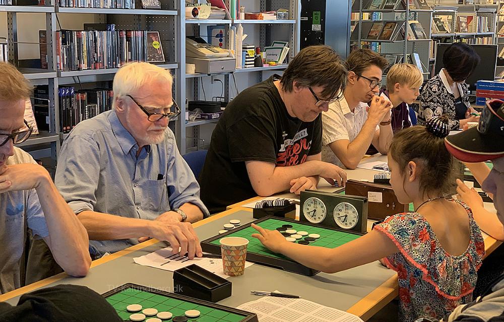 Der var dyb koncentration hos Othello-spillerne i Ubby i dag, hvor der blev afholdt DM i brætspillet Othello. Foto: Gitte Korsgaard.