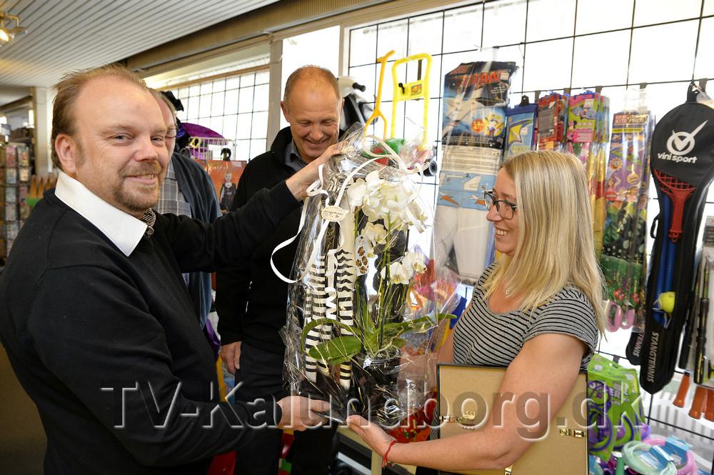Mette Thrane modtag også blomster og gaver. Foto: Jens Nielsen