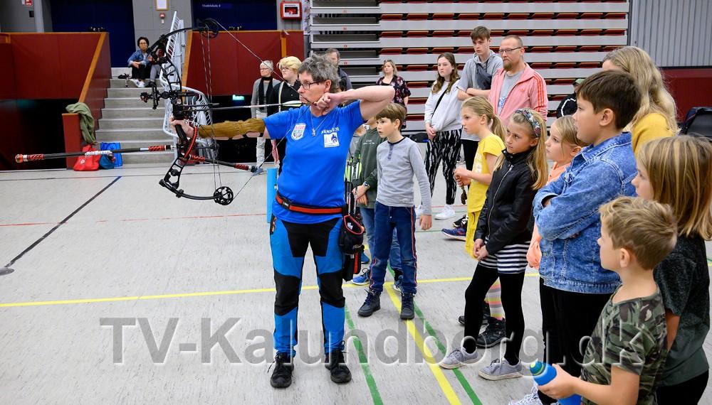 Mange dobbelt dansk mester, Hanne Christensen, demonstrerede hvordan man rigtigt skyder med bue og pil. Foto: Jens Nielsen
