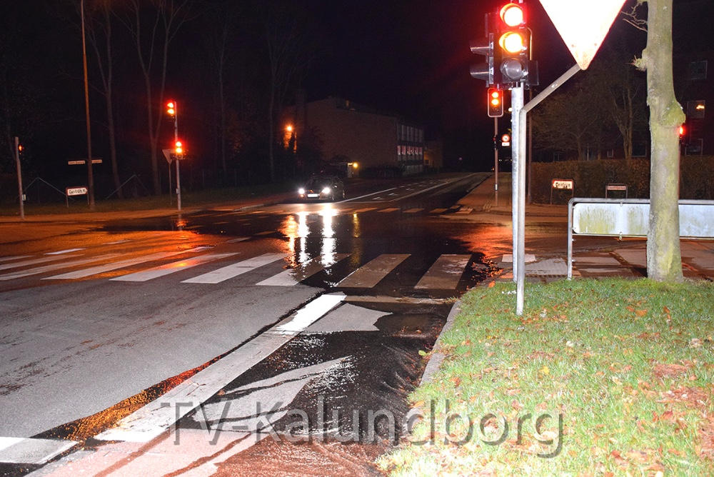 Et brud på en drikkevandsledning betød i går aftes, at vandet fossede ned ad Klosterparkvej i Kalundborg. Foto: Gitte Korsgaard.