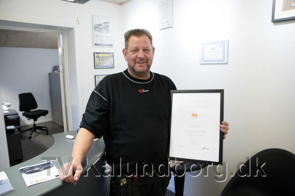 Lars Larsen med diplomet for høj kreditværdighed. Foto: Jens Nielsen