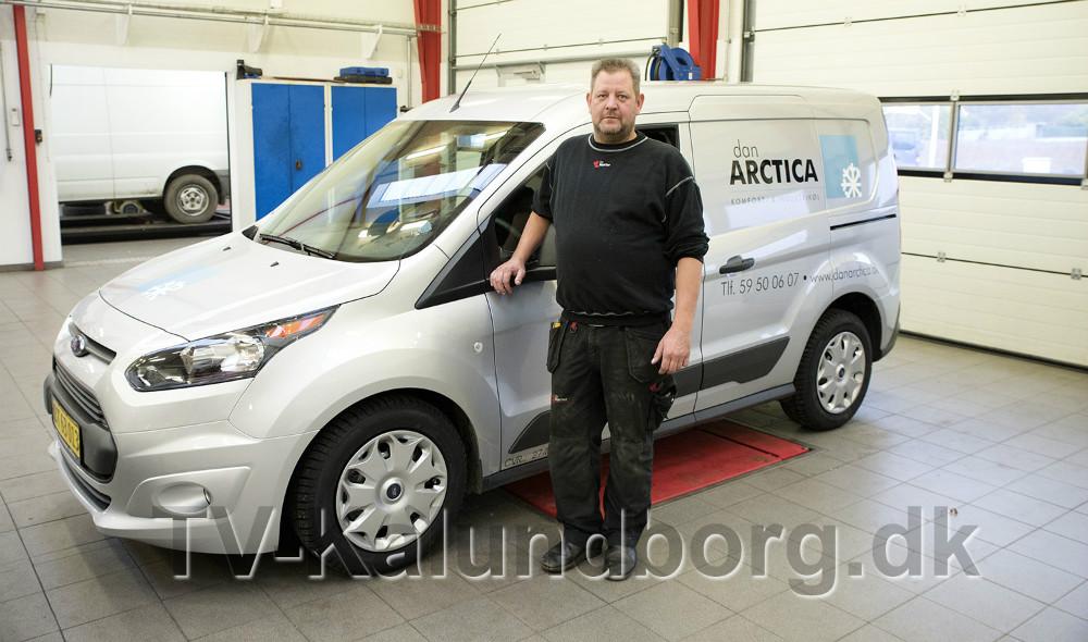 Lars Larsen med den seneste af de leasingbiler Lips Autoteknik har leveret. Foto: Jens Nielsen