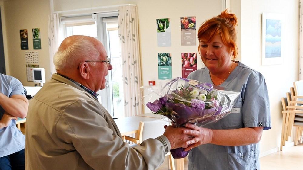 Der var blomster til Tina Egekjær, som tak for det store arbejde. Foto: Jens Nielsen