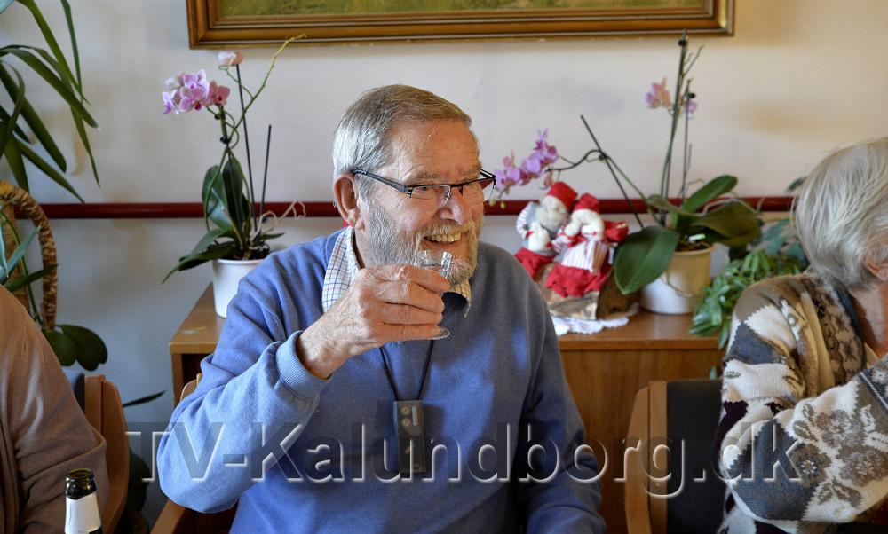 Peter Lund skåler i snaps med de øvrige beboere. Foto: Jens Nielsen