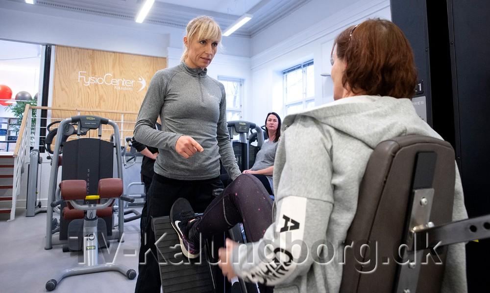 Maja Helbo Jensen igang med en patient i det store træningscenter. Foto: Jens Nielsen