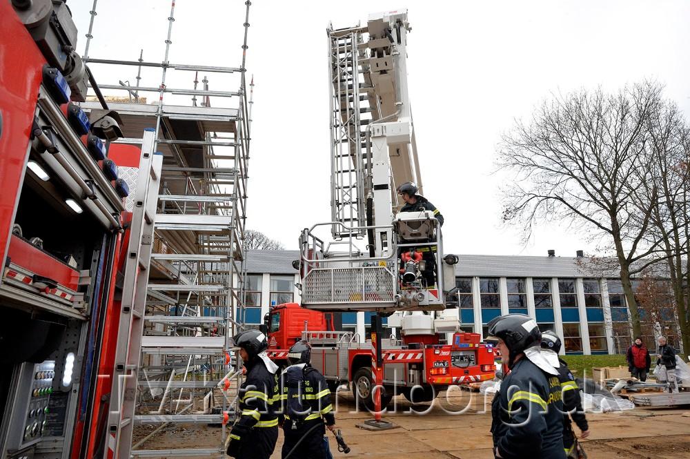 Vestsjællands Brandvæsen blev fredag eftermiddag kaldt til tagbrand på Kalundborg Gymnasium. Foto: Jens Nielsen
