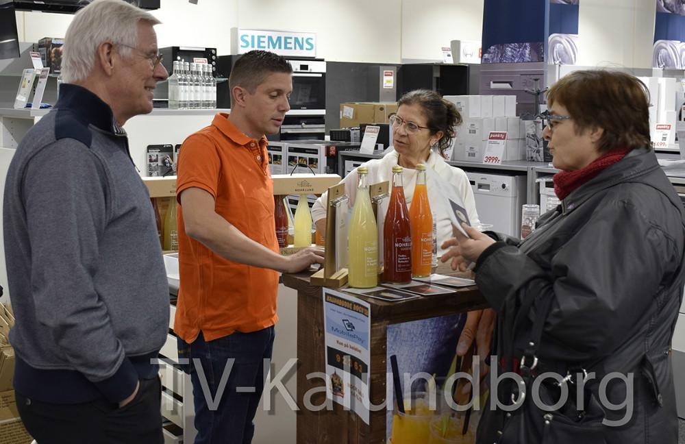 Flere personerfraKalundborg Rock´er står netop nu i Punkt 1 i Kalundborg og sælger billige billetter til sommerens festival. De er der frem til kl. 19. Foto: Gitte Korsgaard.