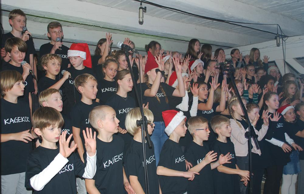 Juletraditioner er vigtige på Kalundborg Friskole. Her er der Jul i Laden, hvor kagekoret synger.