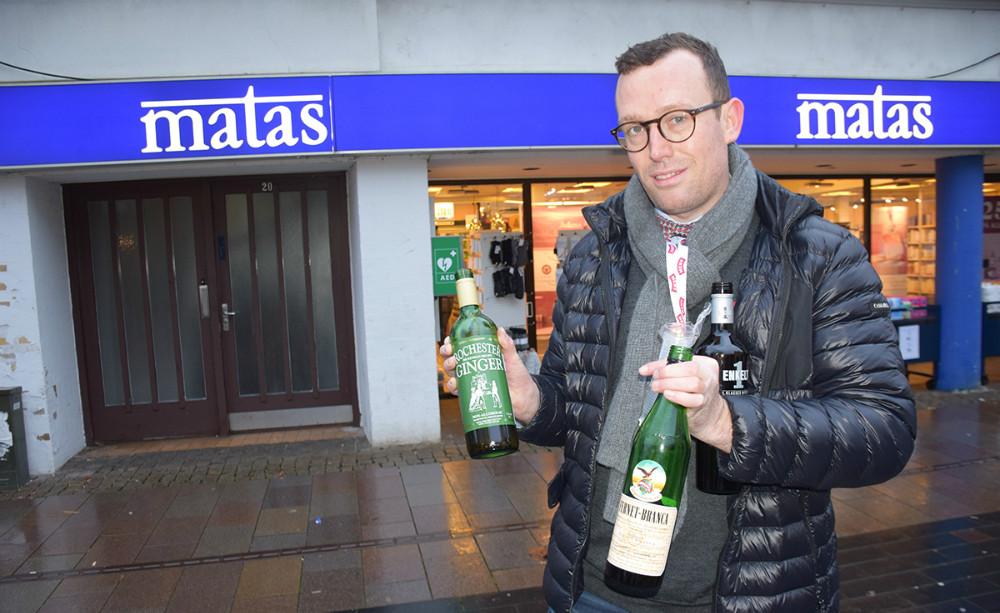 Michael Rasmussen fra Meny gav publikum og forbipasserende ingefærshots og Fernet Branca. Foto: Gitte Korsgaard.