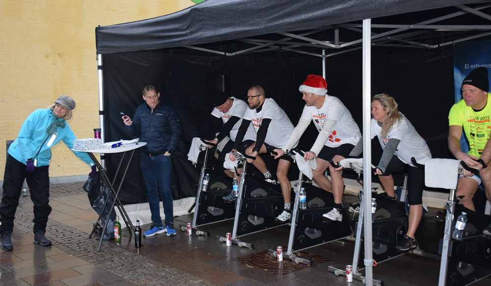 Lørdag formiddag blev der svedt igennem på Solskinspladsen i Kalundborg til trodsfor gråvejr, regn og vinterkulde, da der blev cyklet Tour de KGB. Foto: Gitte Korsgaard.