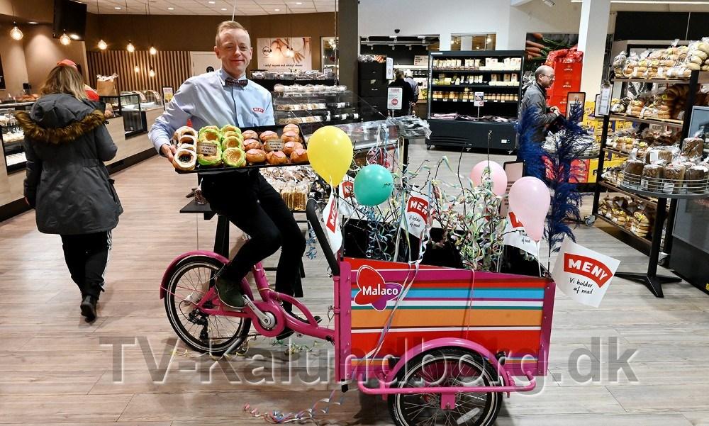 Meny købmand Peter Egebæk er klar med en konkurrence til alle kunder som køber fastelavnsboller. Foto: Jens Nielsen