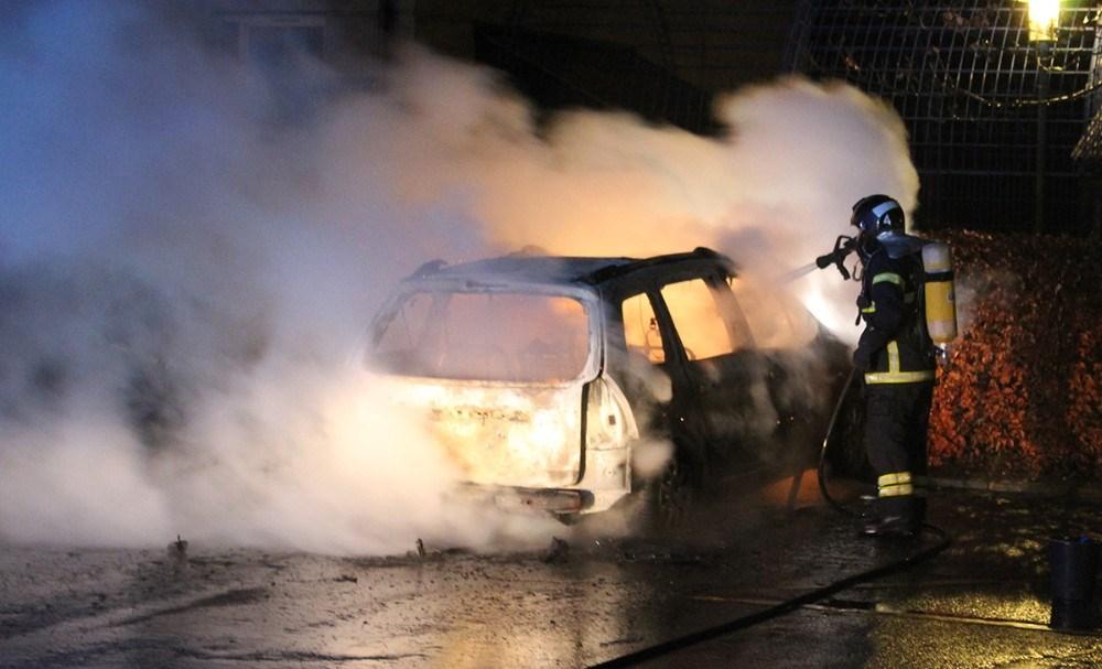 En personbil gik op i flammer onsdag aften i Sct. Olaiparken i Kalundborg. Foto: Frederik Jørgensen