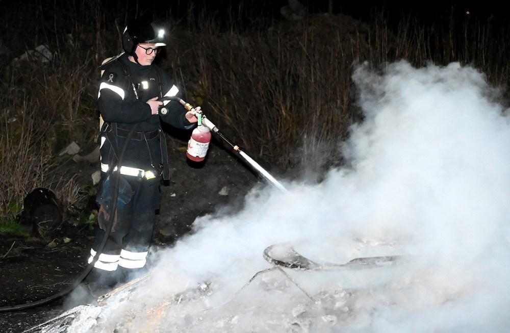 Brandvæsenet blev fredag aften tilkaldt til brand i byggeaffald på Hovvej. Foto: Jens Nielsen