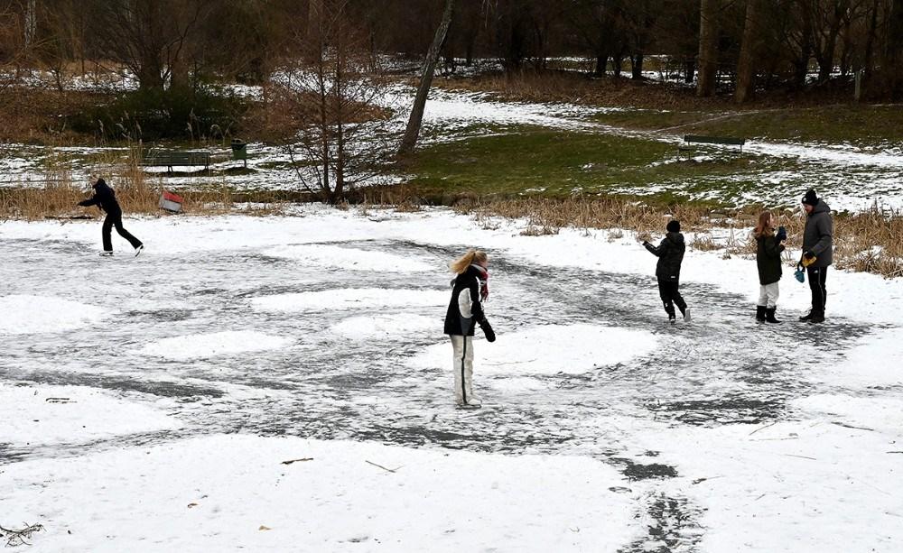 Mandag eftermiddag var der masser af aktivitet på isen i Ellinglund, selv om isen ikke er tyk nok ifølge Kalundborg Kommune. Foto: Jens Nielsen