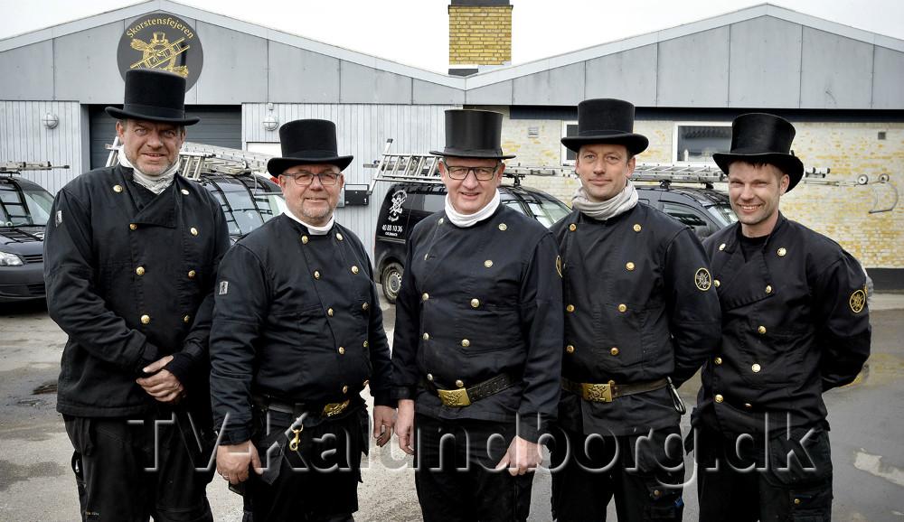 Jens Jørgen Kjærulff (i midten) sammen med skorstensfejersvendene. Foto: Jens Nielsen