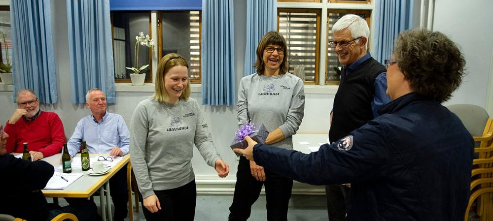 Elsebeth Ring Andersen fra lokalrådets bestyrelse overrækker gaver til Louise Due og Lone Rosenberg, mens formand Jørgen Bøge ser til. Foto: Jens Nielsen