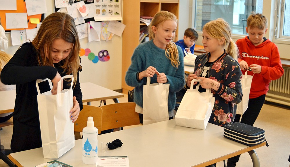 Der var goodiebags til eleverne, da Kalundborg Forsyningen forleden besøgte Nyrupskolen. Foto: Kalundborg Forsyning.