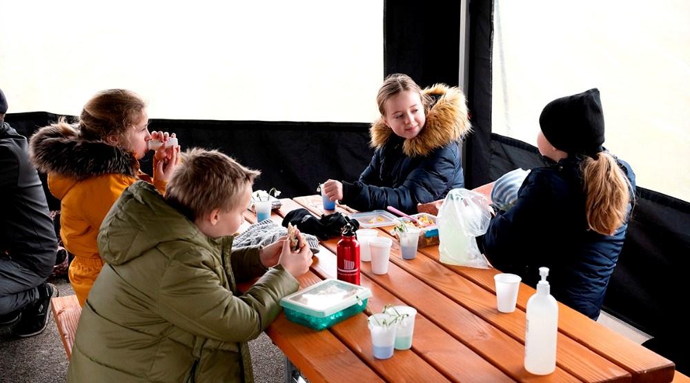 Eleverne kan søge ly i et par opstillede telte. Foto: Jens Nielsen