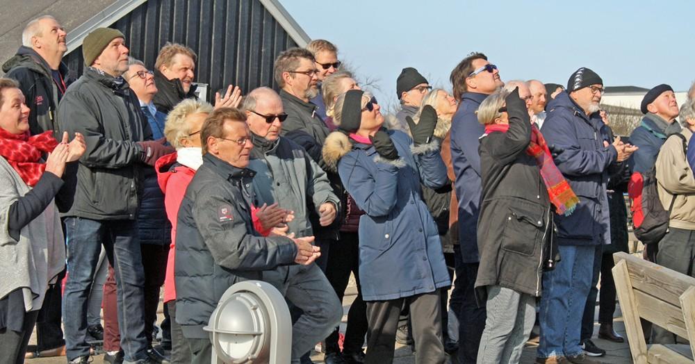 """I den stride """"påske-østen"""" var der stort fremmøde søndag morgen i Gisseløre Lystbådehavn, hvor en ny sejlersæson indledtes."""