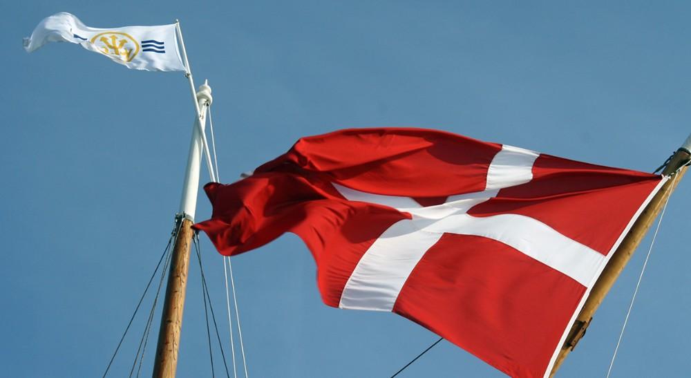 God vind til Dannebrog og klubstanderen i Kalundborg Sejlklub