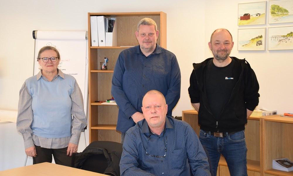 Svend-Erik Kristensen (siddende) er ny citychef i Vores Kalundborg. Bagerst fra venstre ses bestyrelsesmedlem Marianne Enø, formænd for Vores Kalundborg, Glenn Swärd og Brian Sønder Andersen. Foto: Gitte Korsgaard.