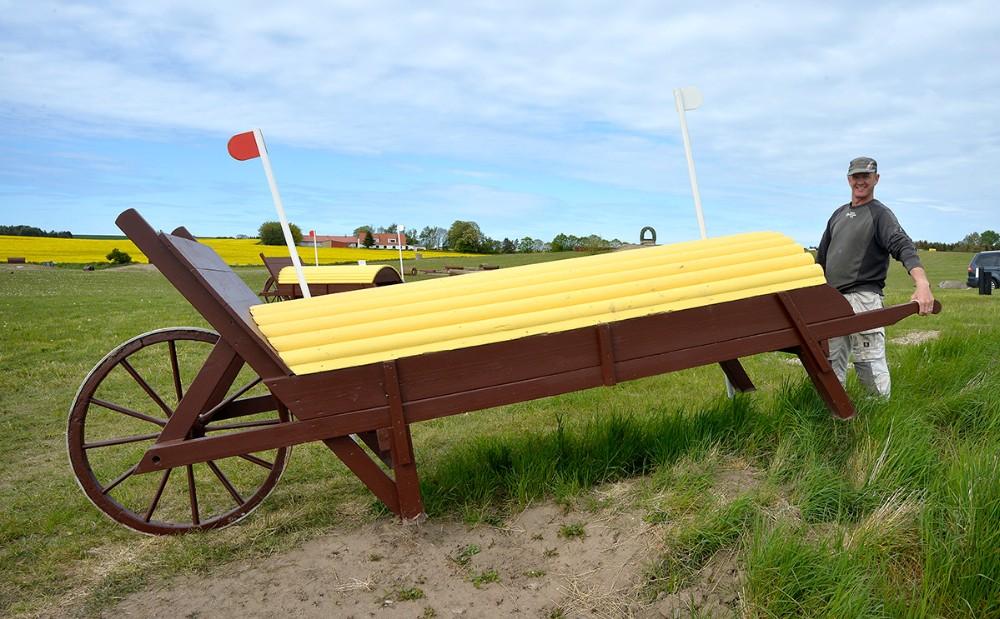 Mikkel Jørgensen har selv bygget fire kæmpe trillebører som rytterne skal springe hen over. Foto: Jens Nielsen