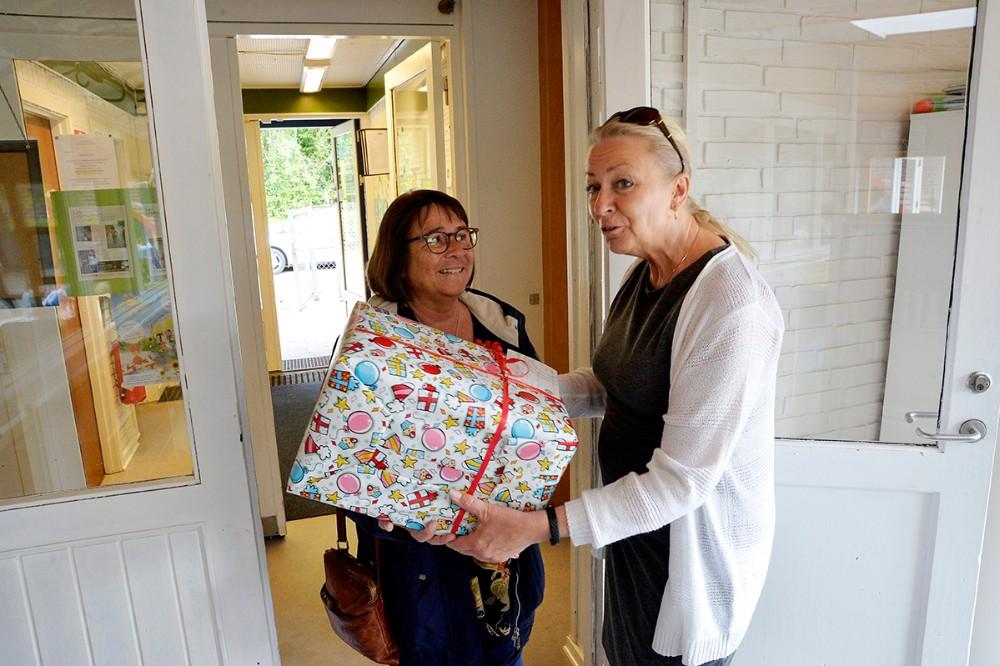 Nelly Bonde, leder af Kalundborg Asyl Børnehave, modtages af Hobittens leder Berit Westi . Foto: Jens Nielsen
